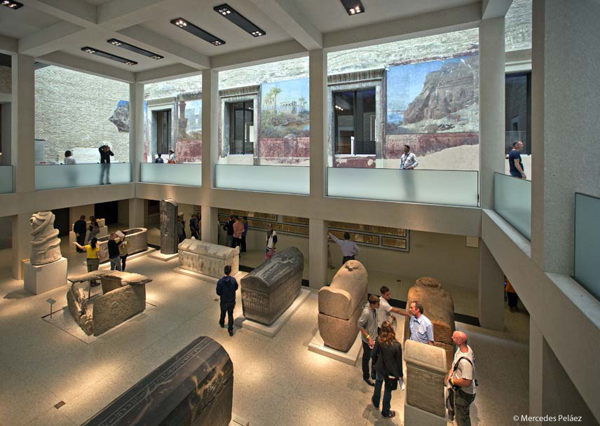 Ägyptischen Hof, o Patio Egipcio. Neues Museum, Berlín. © Mercedes Peláez. Arriba, Fragmentos del muro de Berlín en la Postdamer Platz © Mercedes Peláez.