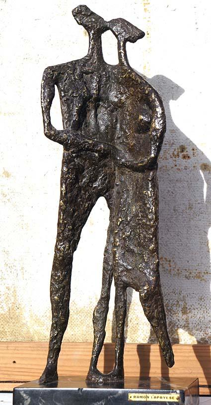 Amantes, por Ramón Lapayese, años 60, bronce, 45 x 18 x 13 cm.
