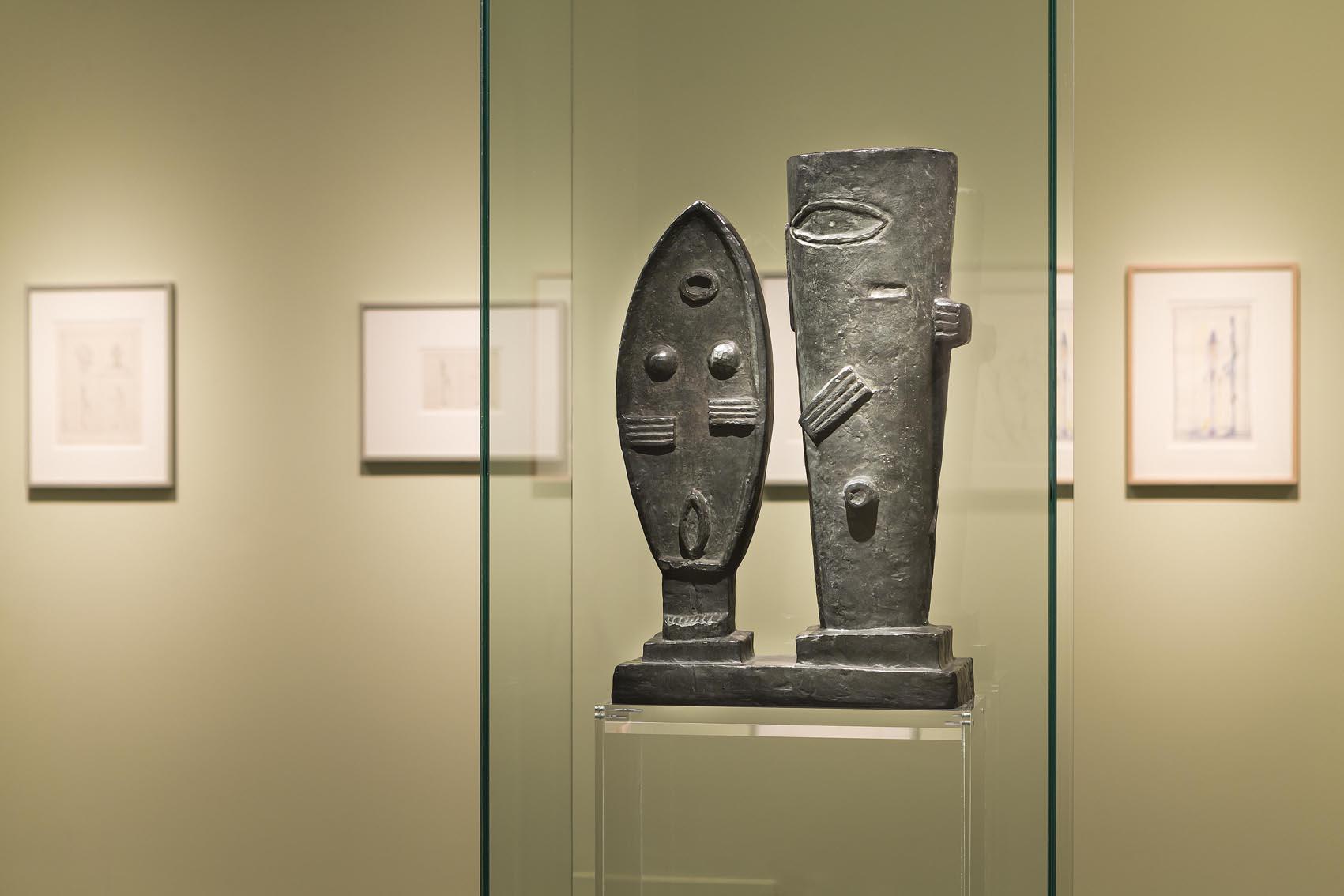 """Sala Pareja; en primer plano, """"La pareja"""", 1927, bronce © Fundación Canal."""