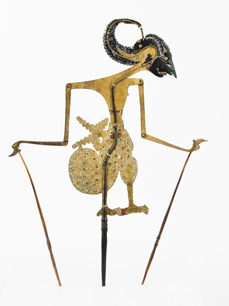Marioneta de sombras wayangkulit representando a Arjuna, Isla de Java, Indonesia, siglo XIX, cuero pintado y madera,. Foto: Jordi Puig,