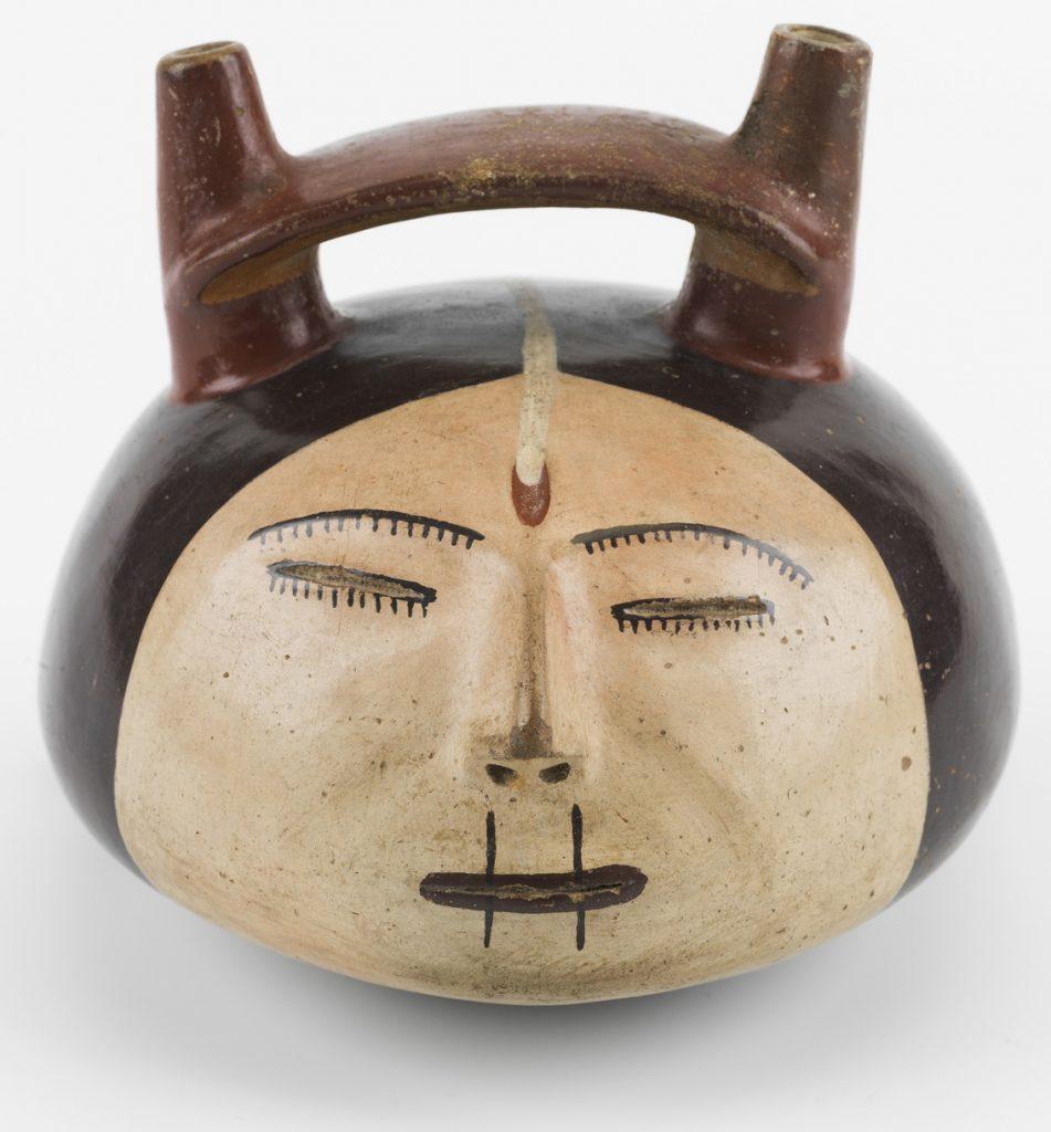 Vaso representando una cabeza trofeo, Nasca-Perú, 100-700 d.C., Cerámica. Foto: Jordi Puig. Todas las imágenes, cortesía del Museo de Culturas del Mundo.