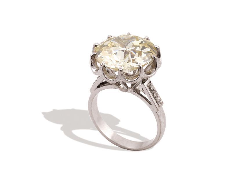 Sortija con gran diamante central.