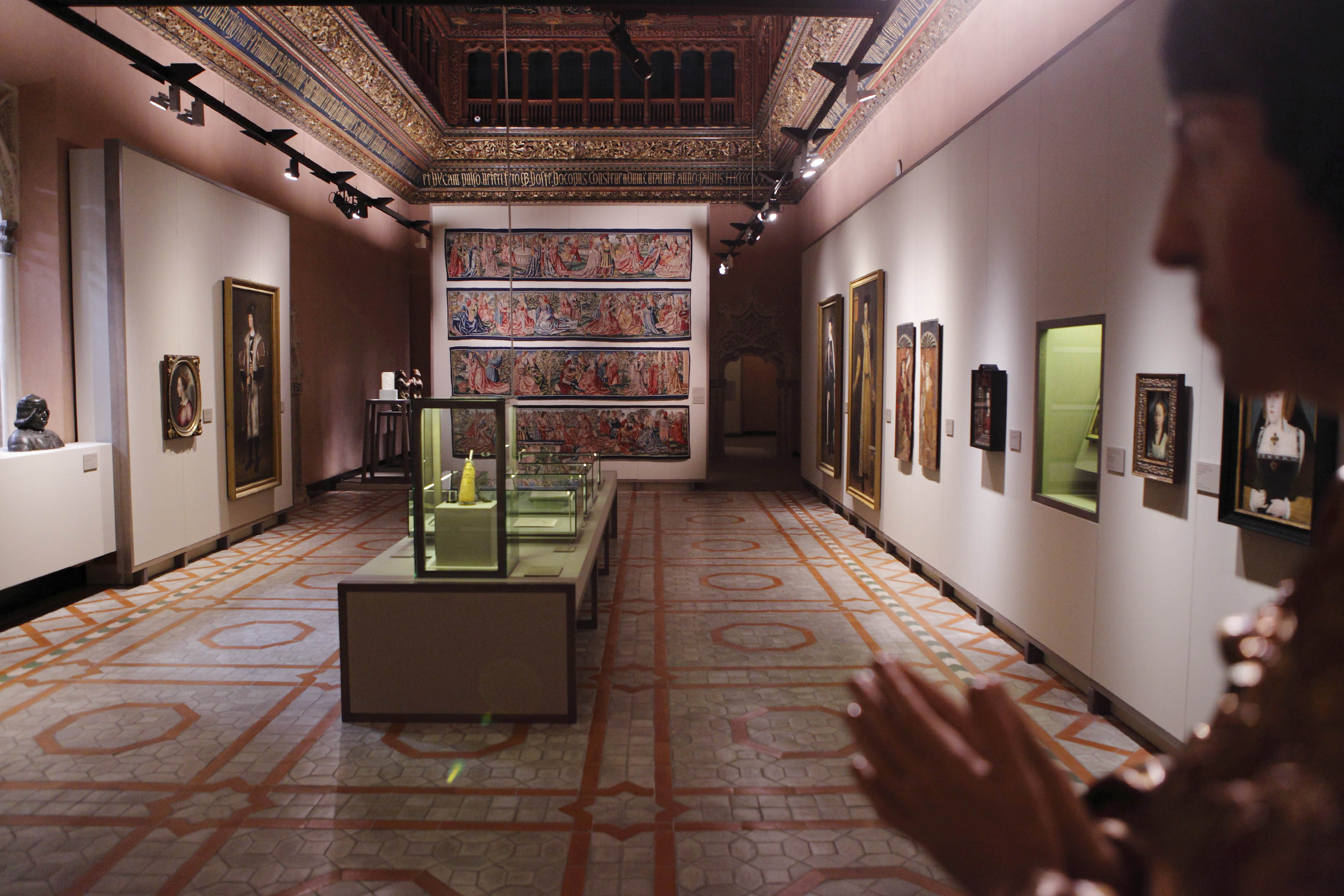 Una de las salas de la muestra en el palacio de la Alfajería. Foto: Carlos Moncín.