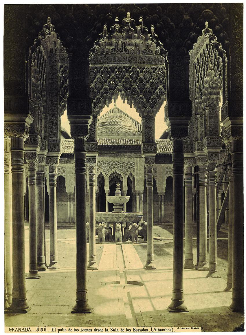 El Patio de los Leones desde la Sala de los Escudos, por J. L. Laurent.
