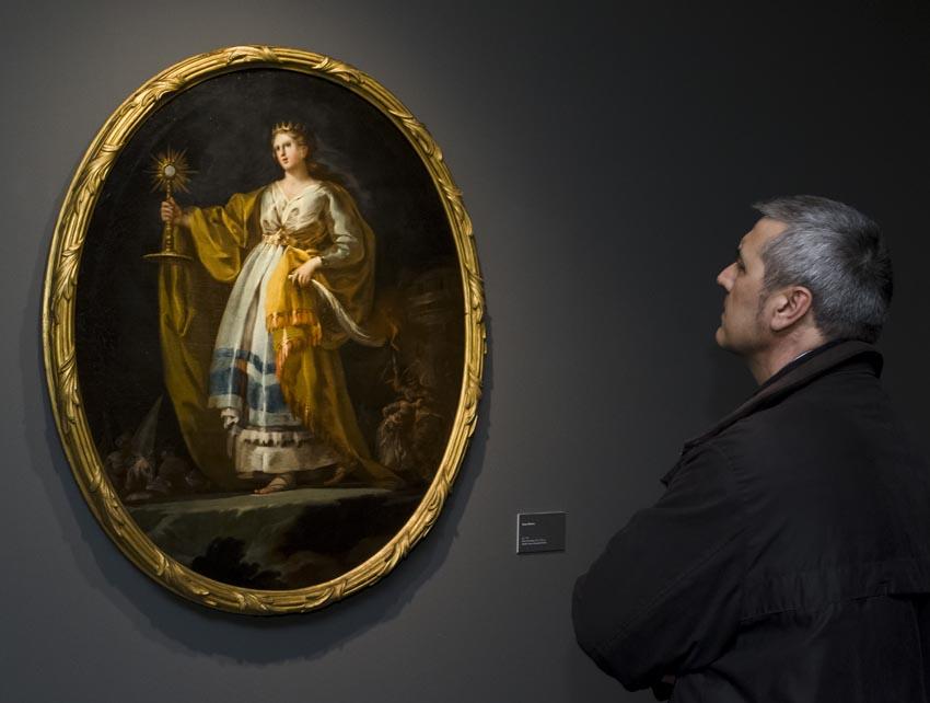 Un visitante contempla el óleo Santa Bárbara, h. 1773, Madrid, Museo del Prado.