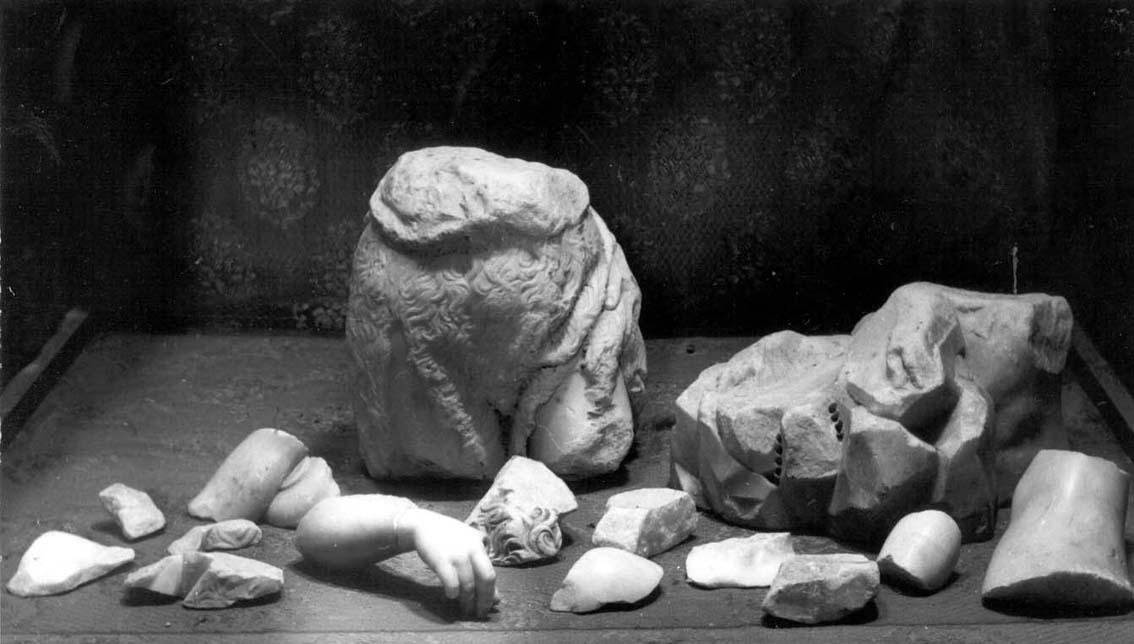 Los fragmentos de la escultura de san Juanito.
