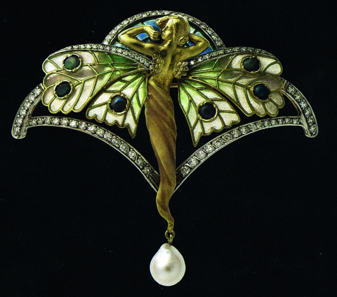 Broche, de Lluís Masriera Spilla, h. 1902, oro, esmalte, diamantes, ópalo y perlas,  6,5 x 7 cm, Colección Bagués-Masriera Jewelers.