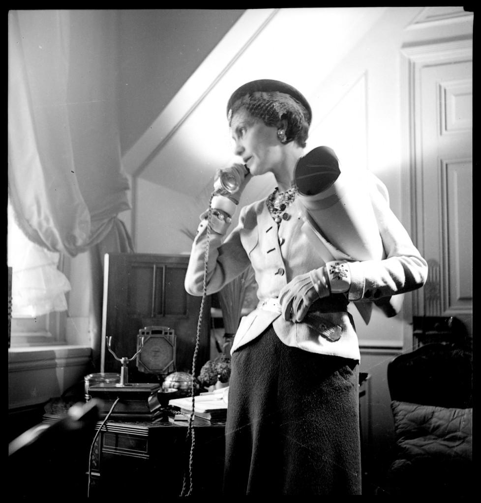 Coco Chanel en su apartamento del Ritz. Kollar François (1904-1979). Fotografía publicada en la revista Harper's Bazaar.