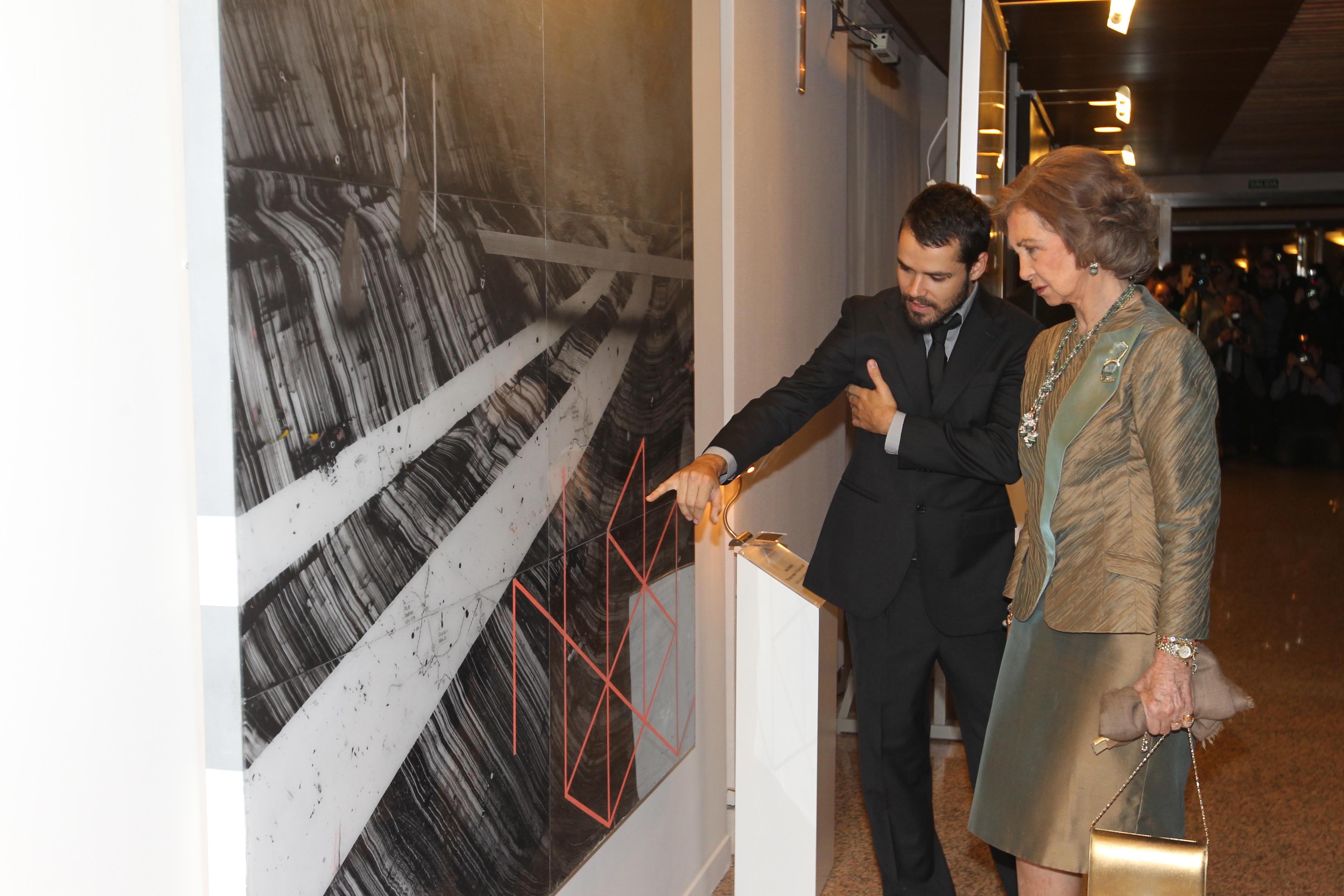 La reina doña Sofía junto Keke Vilabelda, ganador Beca Mario Antolín de Ayuda a la Investigación Pictórica en 2012.