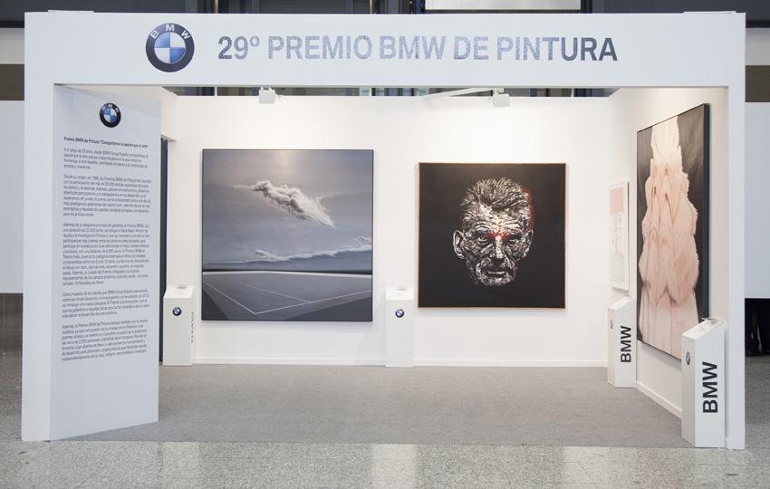 Stand en Arco con las obras ganadoras de la XXIX edición. Arriba, entrega del premio a Daniel Merlín, ganador de esta misma edición.