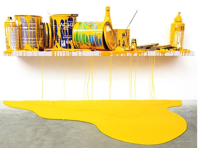 El-Museo-Fernando-Escenario amarillo, por Jorge Magyaroff, 2014, 2014, recipientes de plástico, latas de pintura, resinas y laca sobre madera, medidasvariables, en el Museo Fernando Pradilla.