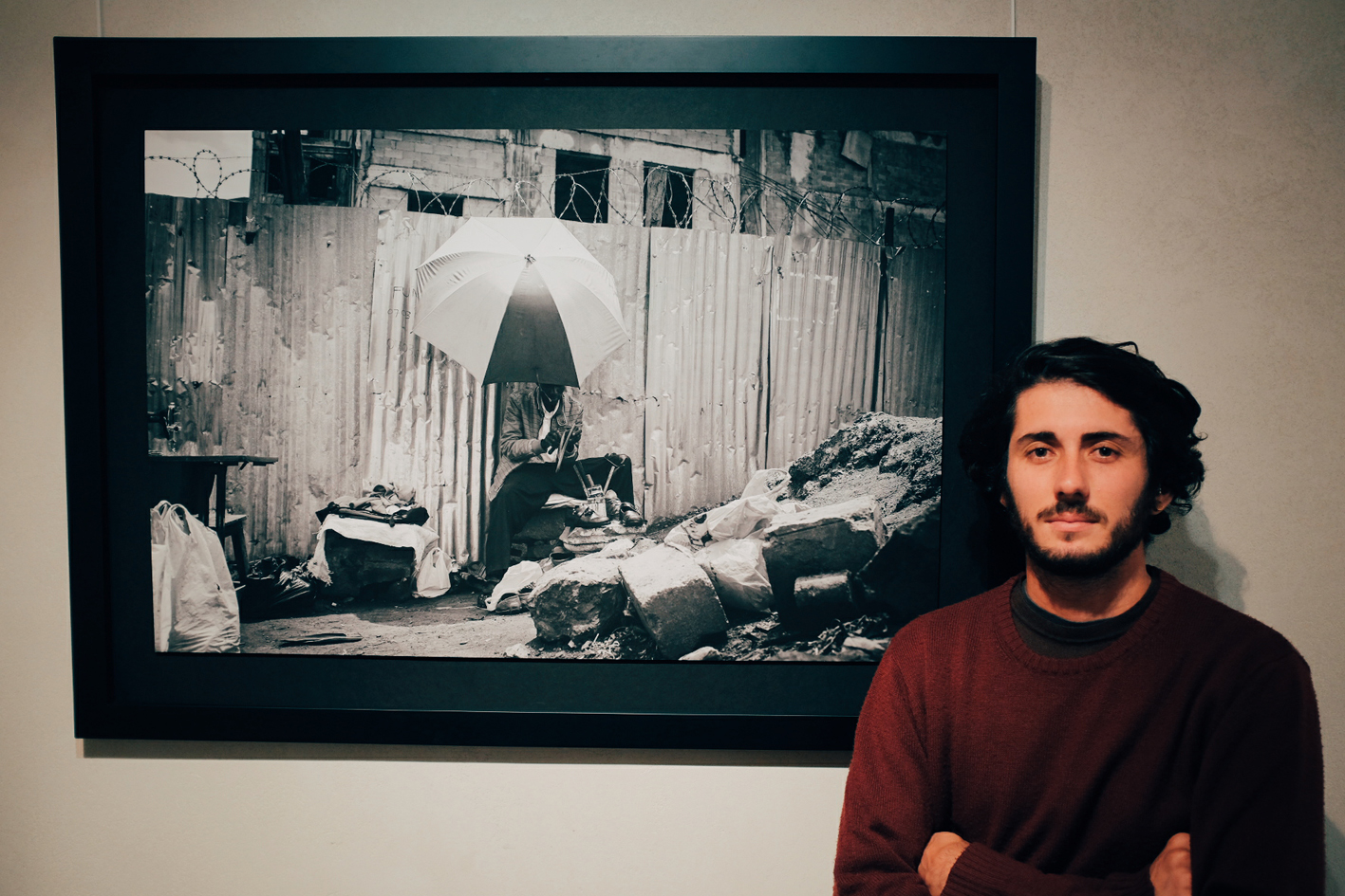 Ivan Lieman junto a una de sus fotografías originales.
