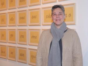 Johanna Calle en la exposición Dibujos en la Embajada de Colombia.