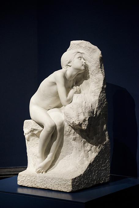 Niña desnuda (fragmento de Los primeros fríos), por Miguel Blay y Fábrega, mármol de Carrara, 107 x 66 x 55 cm, 1892, Madrid, Museo Nacional del Prado.