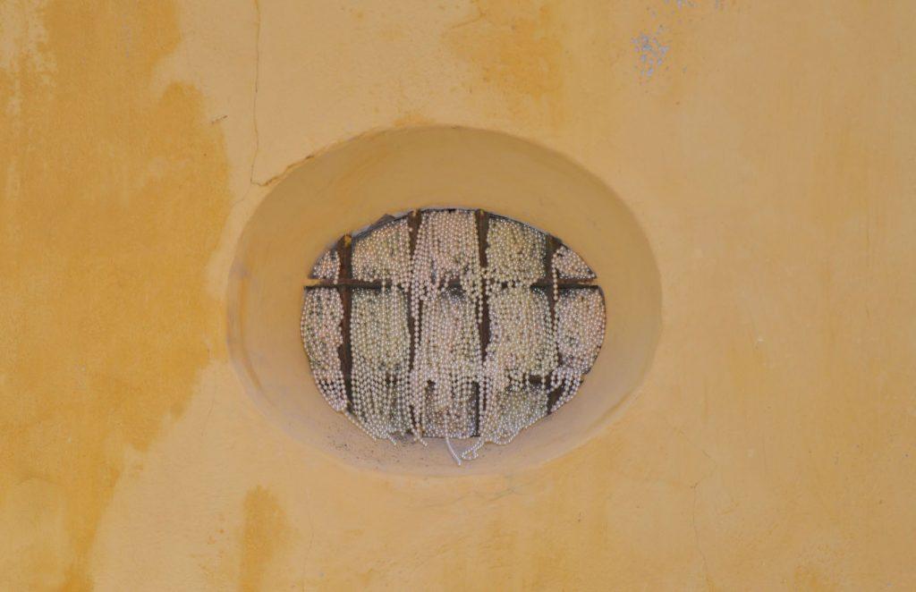 """""""Y tan alta vida espero…"""", instalación dedicada a Teresa de Ávila, que Elena del Rivero ha llevado a cabo recientemente en el Museo de la Inquisición de Cartagenas de Indias (Colombia), perlas introducidas en las rejas del propio museo."""