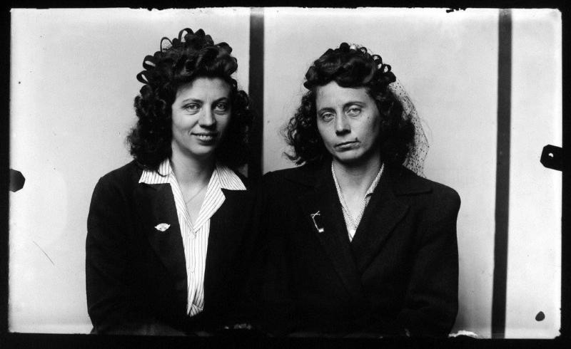 Euda Branston Hinesley y Eula Branston Hines, hermanas gemelas, por Mike Disfarmer, 1939-46. 45 cm x 34 cm.