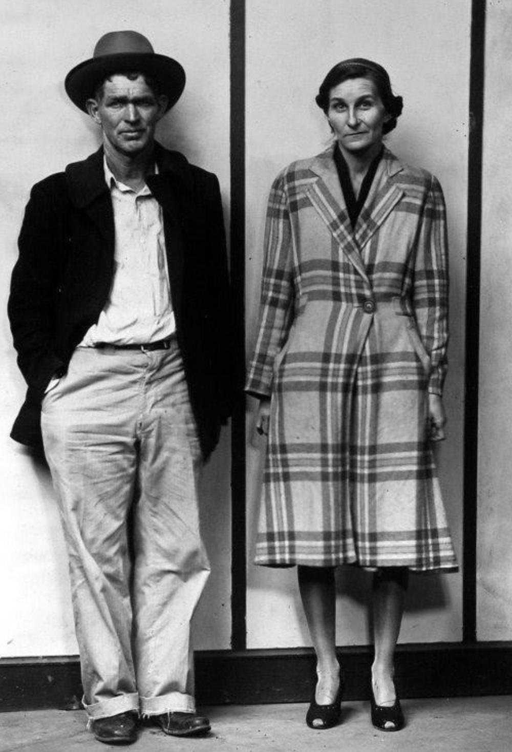 Sin título (hombre de pie con sombrero cowboy con mujer con mujer abrigo a cuadros), por Mike Disfarmer, 1939-46, 36 cm x 30 cm.