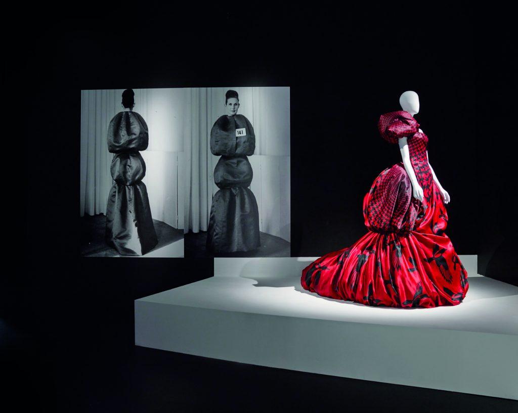 Vestido rojo de McQueen, al fondo, dos piezas de Valenciaga.