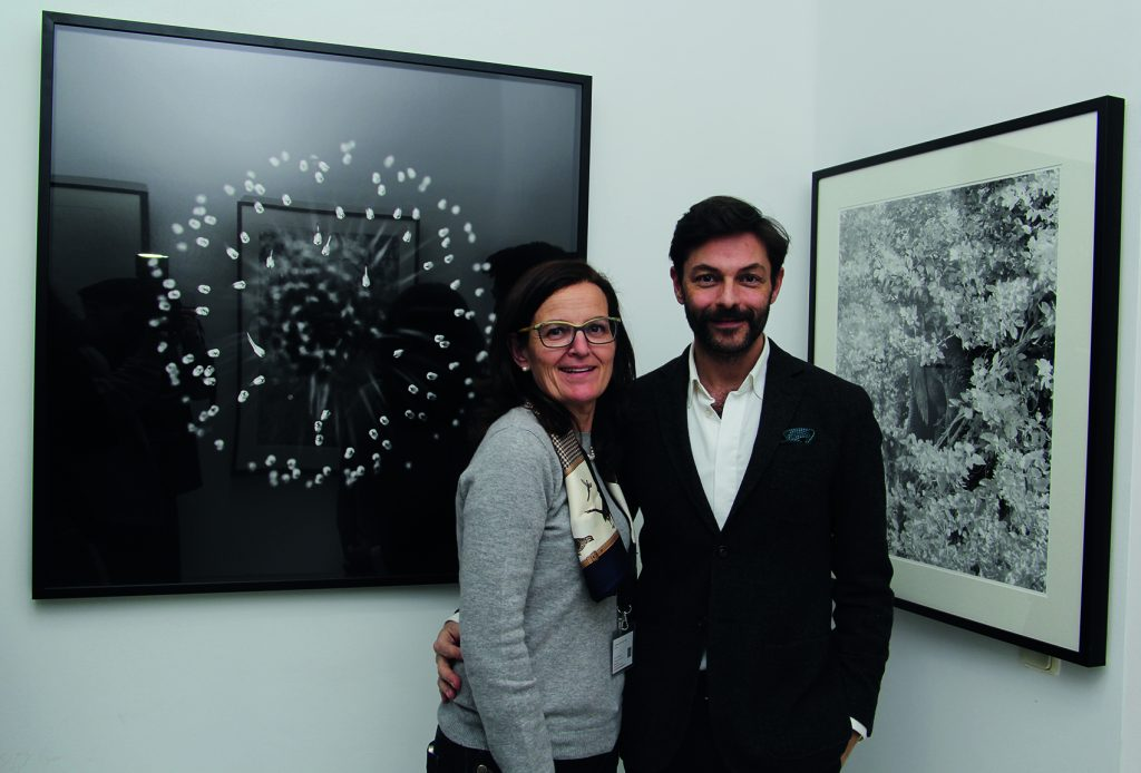 Carmen Martí y Pedro Marín junto a dos obras de Jacobo Vargas. Foto: Tatiana Díaz. Arriba, Iván y David, de Pablo Álvarez, técnica digital.