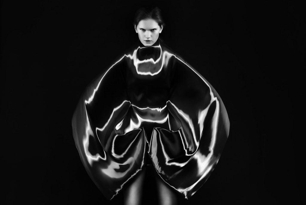 """Iris Van Herpen, """"Micro"""", alta costura, 2012, foto Ronald Stoops."""