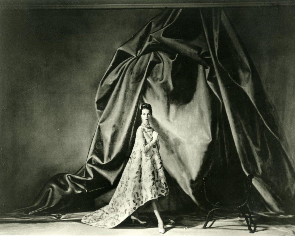 Vestido de Cristobal Balenciaga, 1958, foto Tom Kublin, cortesía Archivo Balenciaga. Arriba, pieza de Comme des Garçons, 2012-13, modelo Monika Sawicka, foto Sophie Delaporte. Todas las fotos de la exposición del Museo de la Moda MoMU de Amberes.