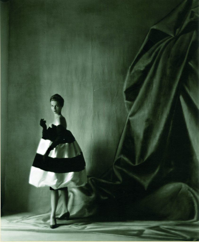Vestido de Cristóbal Balenciaga, 1958, foto Tom Kublin, cortesía Archivo Balenciaga.