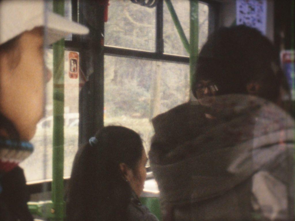 Un lugar bizantino, por Gintaras Didziapetris, 2011, instalación, proyector 16 mm, film 16 mm, color sin sonido. 4'02'. Arriba, Frontera, por Hans Op de Bleeck, 2001, instalación de vídeo, color y sonido. 3'19''. Todas las obras de la Colección Pi Fernandino.