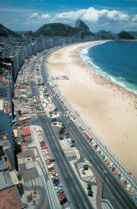 Avenida Atlântica, Copacabana, Rio de Janeiro, pavimento diseñado por Roberto Burle Marx, 1970 © Burle Marx & Cia. Ltda., Rio de Janeiro.