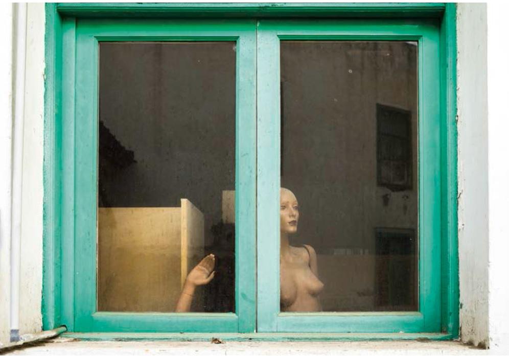 Maniquí asomado a la ventana, por José María Mellado, 2011, Las Palmas, 150 x 112 cm.