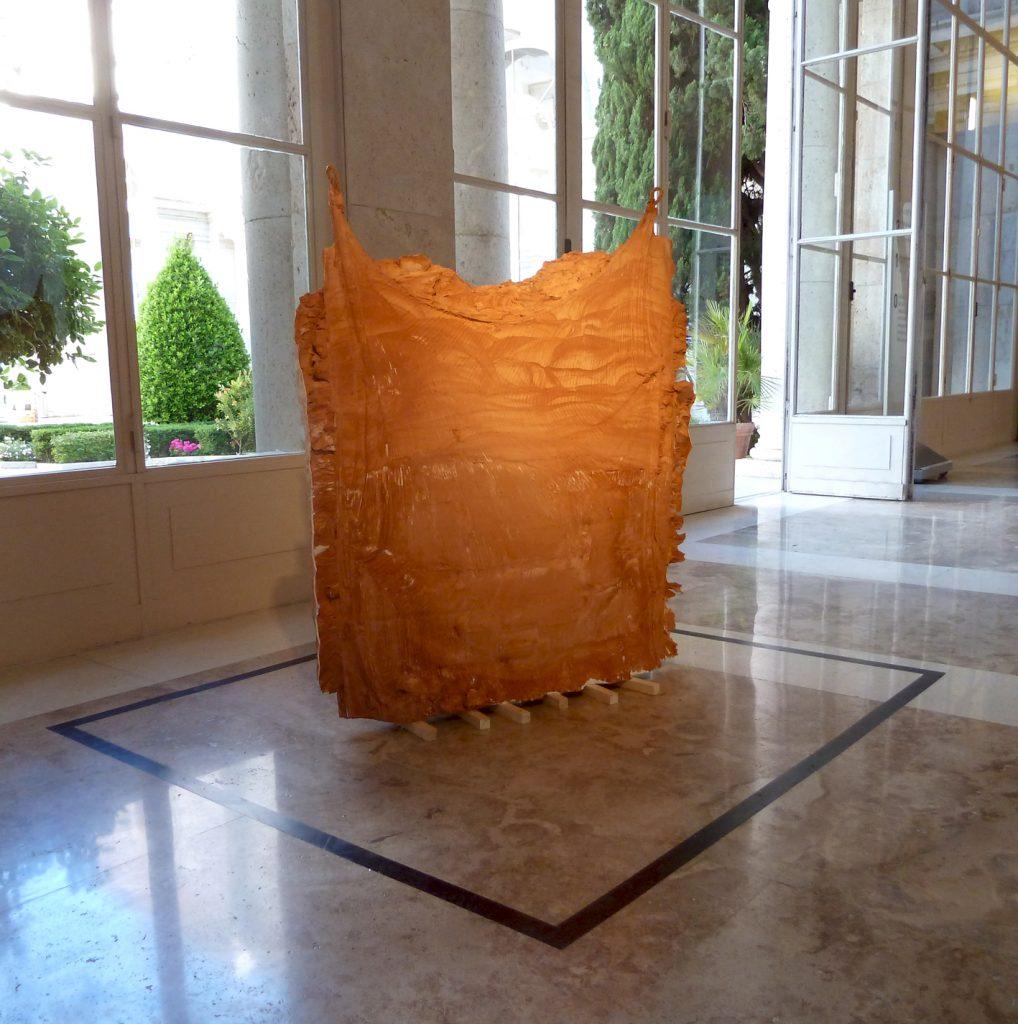 Linda Sánchez: Le lacet, yeso, arcilla roja y cuerda, 2016.
