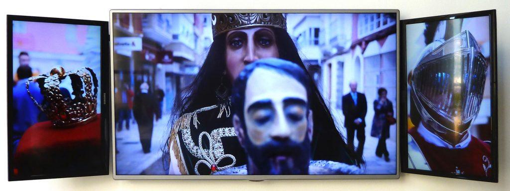 Vir Andres Hera: Piramidal, instalación de vídeo, en retablo loop, 2016.