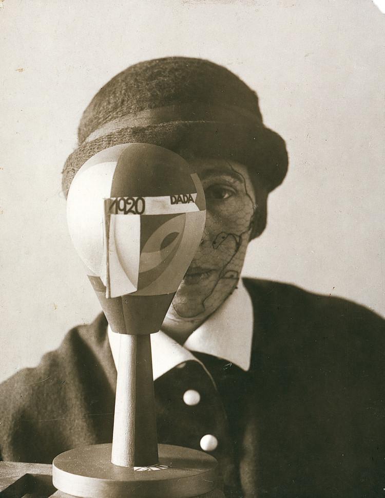 Retrato de Sophie Taeuber con su Dada Head, por Nic Aluf, 1920, gelatina de plata, 20,9 x 16,6 cm, Galerie Berinson, Berlin. Artwork © 2016 Artists Rights Society (ARS), New York/VG Bild-Kunst, Bonn.