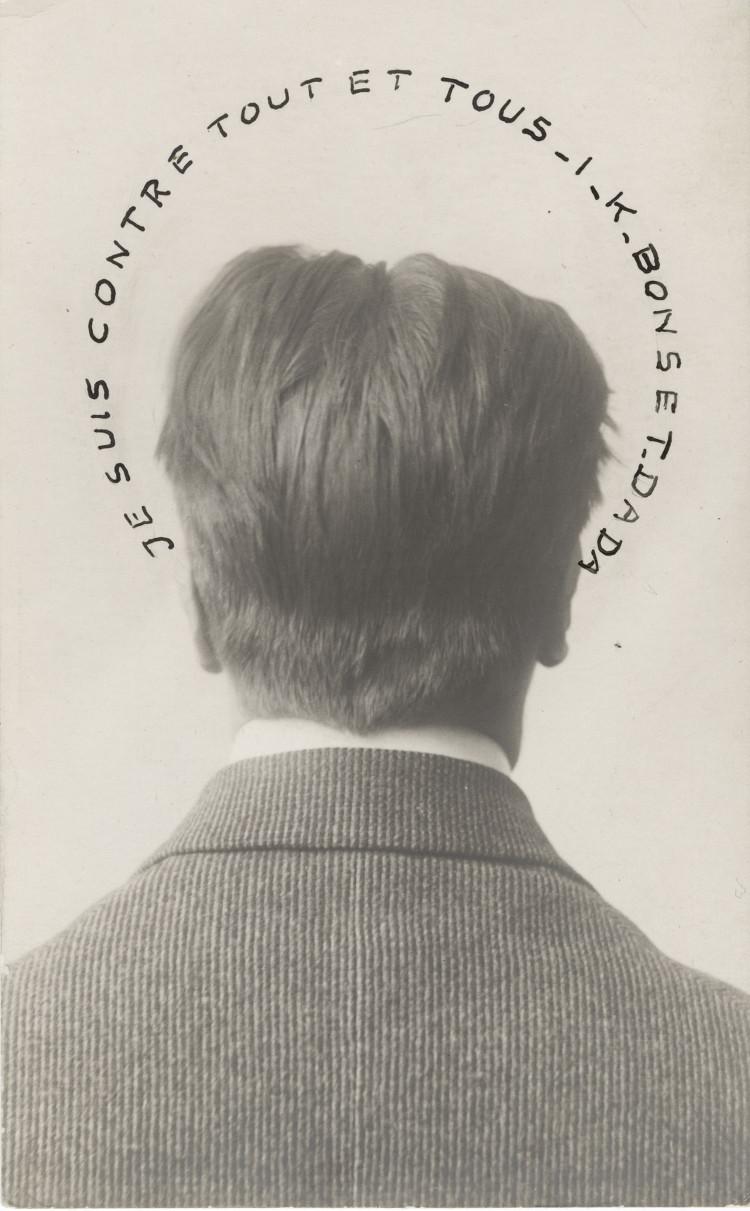 Retratoo de I.K. Bonset: Estoy contra todo y contra todos, por fotógrafo desconocido,.¡ 1921, gelatina de plata sobre postal con adición de tinta, 13,8 x 8,6 cm, colección privada. © 2016 Artists Rights Society (ARS), New York/VG Bild-Kunst, Bonn.