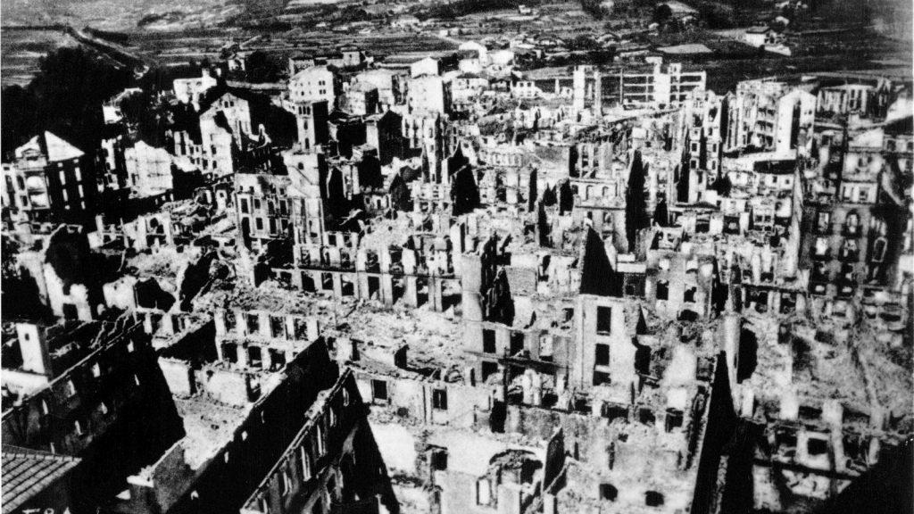 Fotografía que muestra la destrucción del pueblo de Guernica.