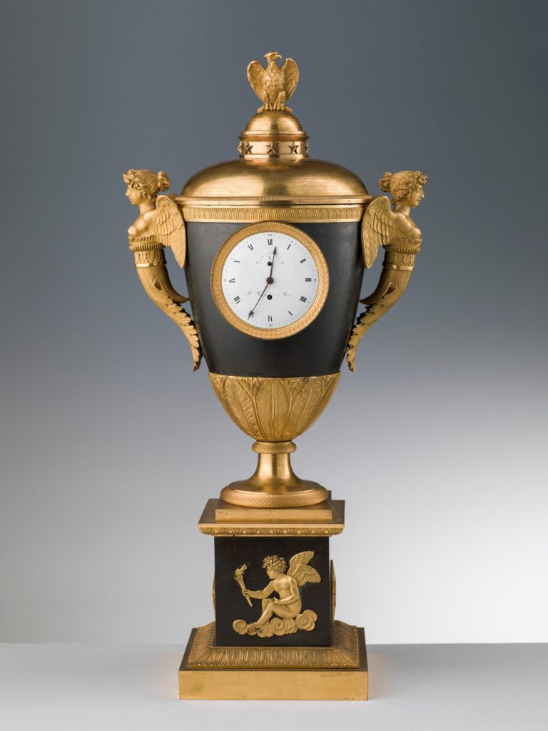 Reloj en una ánfora de dos asas, París, alrededor de 1810-20, bronce dorado y pintado, 54 x 40, 16 x 16 cm de base, Florencia, Museo Stibbert.