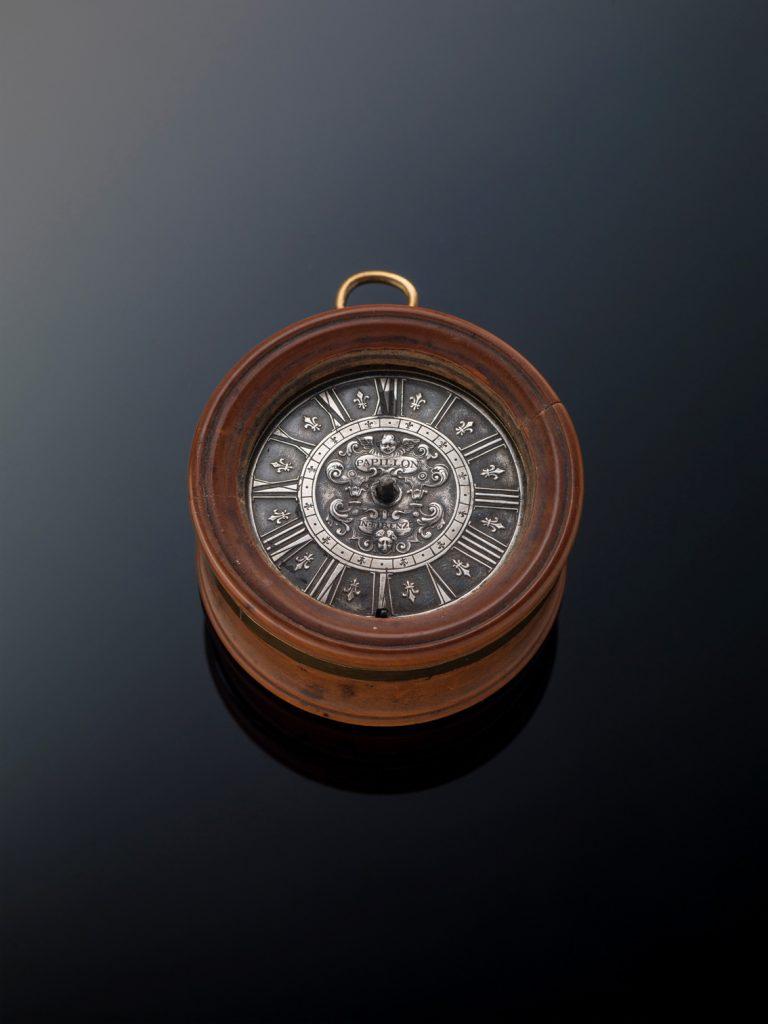 Reloj de bolsillo italiano. Auto del mecanismo: Francesco Papillon, 1700-1724. bronce dorado, 6 cm de diámetro, Florencia, Galería de los Uffizi, procedente del Tesoro de los Grandes Duques.