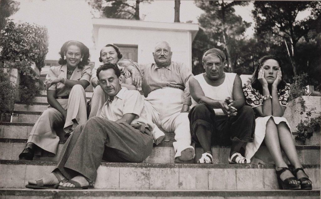 De izquierda a derecha, Ady Fidelin, Marie Cuttoli y su marido, Man Ray, Picasso y Dora Maar sobre las escaleras de un parque, 1937 © Man Ray Trust/ Adagp, Paris © RMN – Grand Palais / Franck Raux.