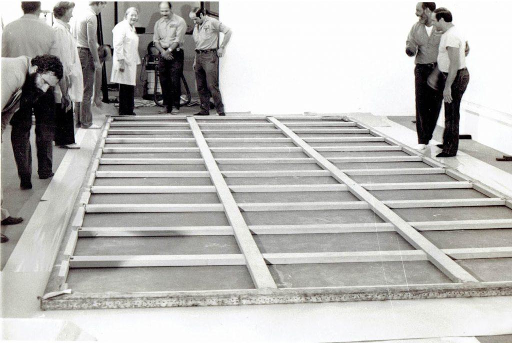 Desmontaje del Guernica en el MoMA de Nueva York.