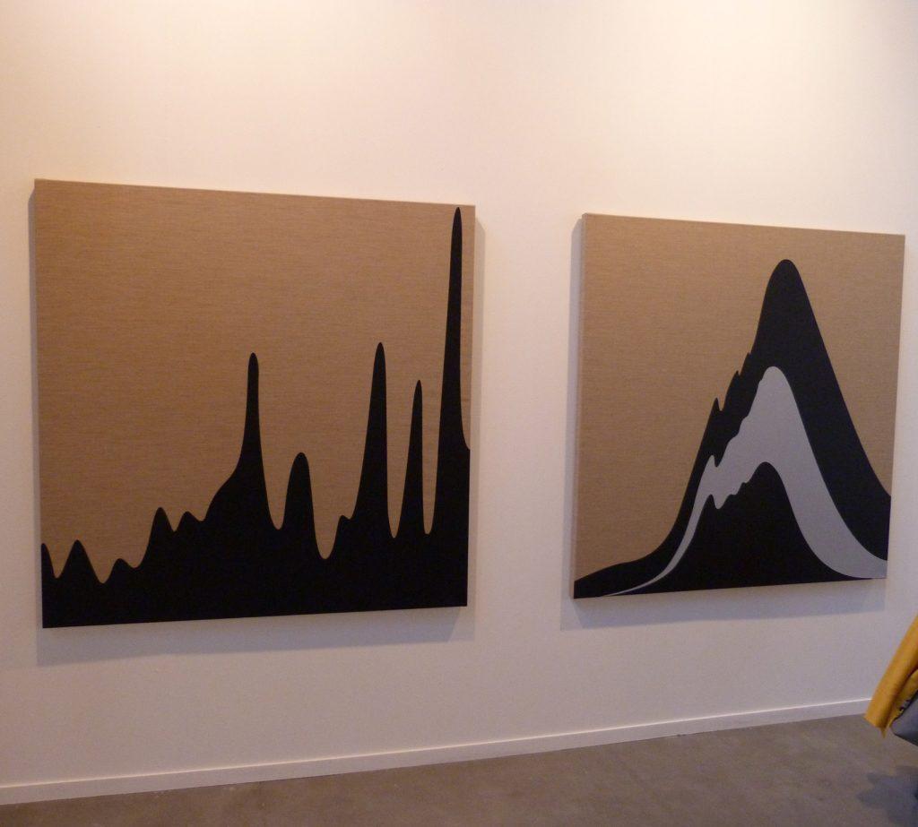 El colectivo de artistas de origen canario PSJM presenta unas obras que reproducen gráficos del consumo y de los vertidos del petróleo.