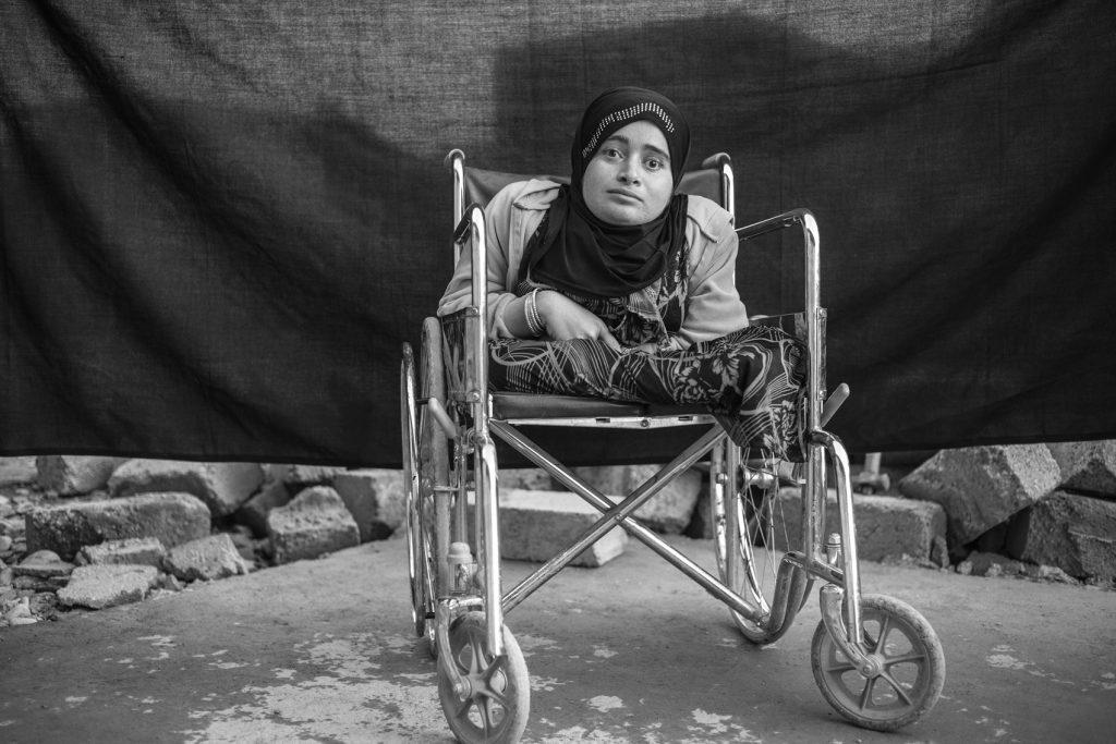 Alia, 24 años, en el campo de refugiados de Domiz en Kurdistán, Iraq (15 de noviembre de 2012). Alia huyó de Daraa, Siria, debido a los combates cuatro meses antes de que se tomara esta fotografía. «Al principio del conflicto mi familia decidió quedarse porque pensábamos que terminaría pronto. Tenía miedo de que huyeran y me dejaran sola», confinada en su silla de ruedas y ciega. Alia dice que lo único importante que se llevó consigo es su alma, «nada más, nada material». Cuando se le preguntó sobre su silla de ruedas se sorprendió, ella la considera como una extensión de su cuerpo, no un objeto.