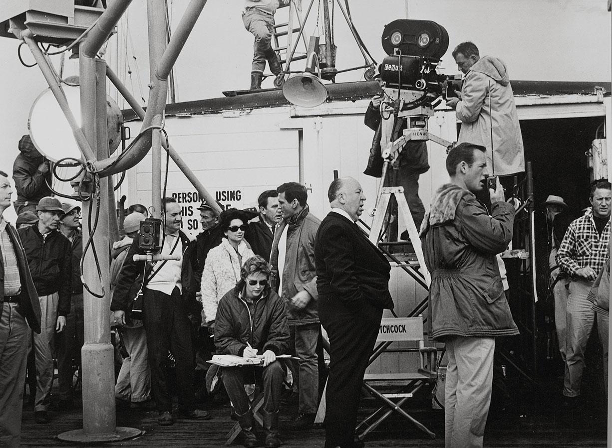 Alfred Hitchcock en el rodaje de Los pájaros (1963). Universal Pictures / Album.