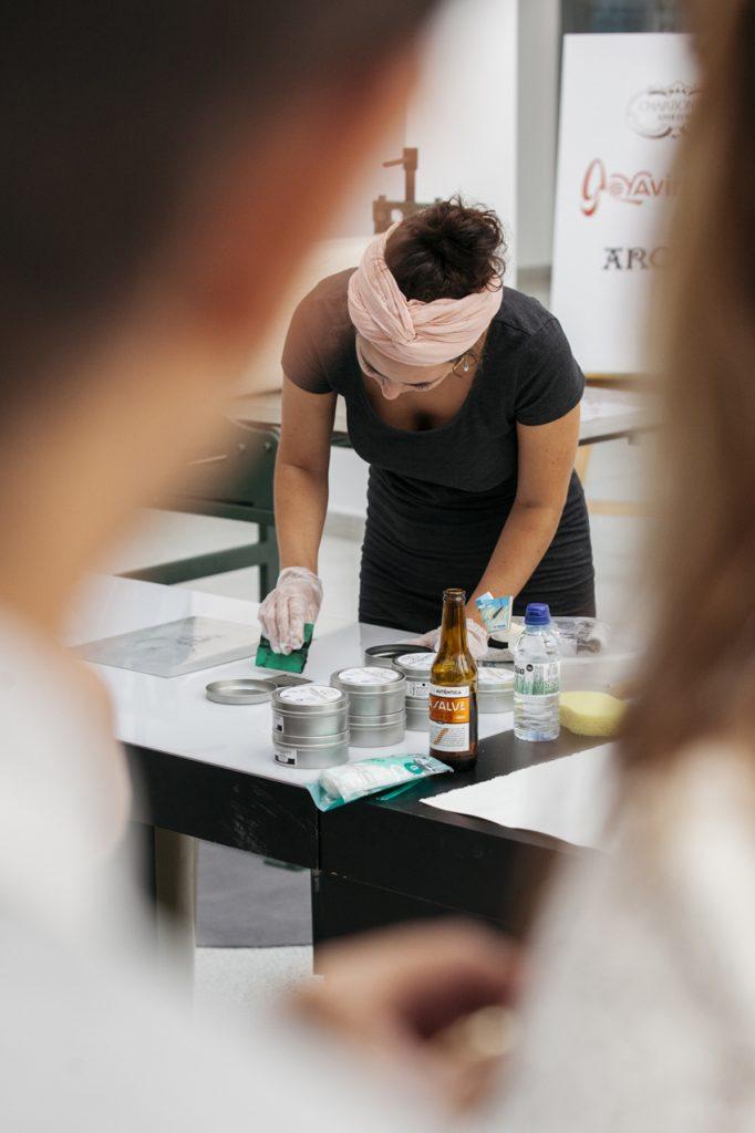 Los 16 artistas preseleccionados en el OPEN Portfolio 2016, presentaron sus trabajos en el Edificio Ensanche de Bilbao donde explicaron al público sus trabajos, vendido su obra y realizado exhibiciones en directo. En un ambiente amenizado por DJs y acompañado de cerveza La Salve Bilbao. Ahora el jurado de Open Portfolio, compuesto por David Arteagoitia, artista y profesor de grabado de la Universidad del País Vasco UPV/EHU, Juan Zapater director de la Fundación BilbaoArte Fundazioa y Roberto Sáenz de Gorbea, director de la feria Fig Bilbao, escogerá a los ocho creadores finalistas que participarán el próximo 19 de noviembre en el Open Portfolio Fair dentro de la Feria FIG Bilbao que se celebra en el Palacio Euskalduna. Suerte a tod@s. La exposición permanecerá en el Ensanche. Mas información en nuestra página web:http://www.figbilbao.com/ Foto © Joselure www.joselure.com
