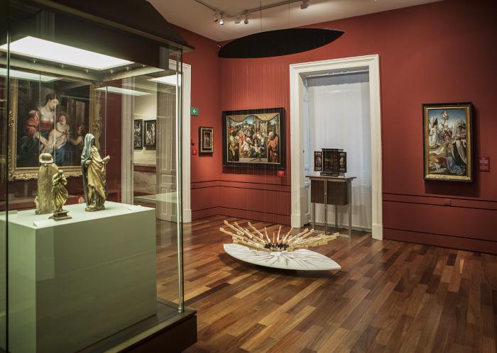Vista de la sala 16 del Museo Lázaro Galdiano con la obra de Pep Fajardo Ogive Satie, 2011, madera, teclas de piano e hilo de tanzo. Colección DKV © Tofiño.