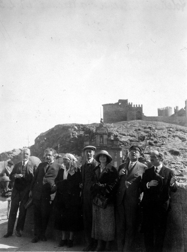 Manuel B. Cossío (a la izquierda), durante la excursión en la que acompañó a Albert y Elsa Einstein a Toledo con José Ortega y Gasset, los hermanos Kocherthaler (primos de Elsa) y sus mujeres, 6 de marzo de 1923. Fundación José Ortega y Gasset-Gregorio Marañón, Madrid.