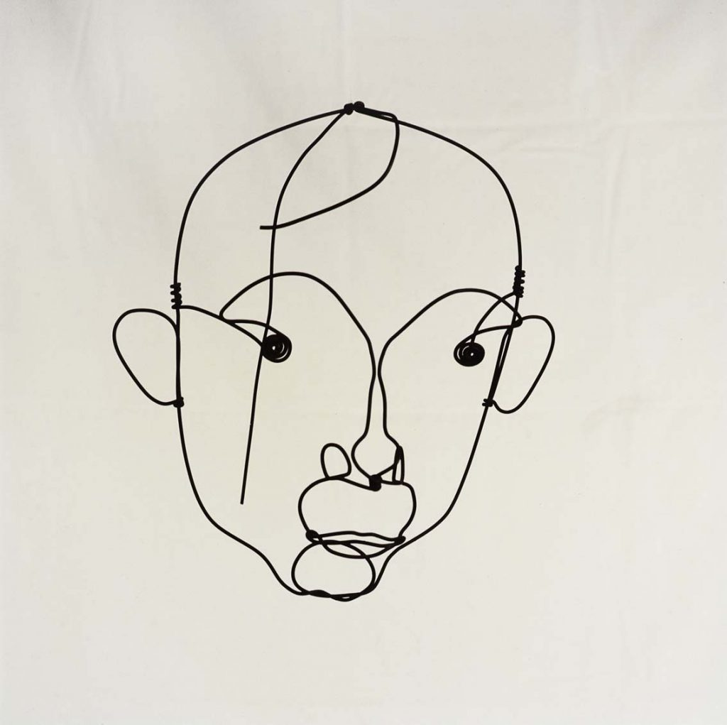 Sobre estas líneas, Retrato de Joan Miró, por Alexander Calder, h. 1930, alambre de acero, 29 x 27 cm, colección particular en depósito temporal © Calder Foundation, New York/represented by Visual Entidad de gestión de Artistas Plásticos (V.E.G.A.P.), Madrid, Spain, 2016. Arriba, El canto del pájaro al rocío de la luna, por Joan Miró, 1955, óleo sobre cartón, 27 x 37 cm, colección particular en depósito temporal © Successió Miró 2016.