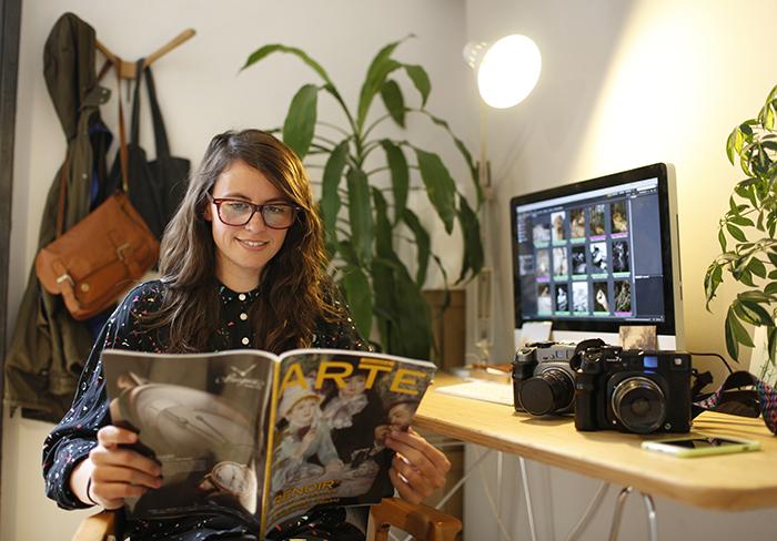Miren Pastor en el estudio La Troupe hojeando un ejemplar de Descubrir el Arte 213. Fotografía: Sergio Enríquez Nistal.