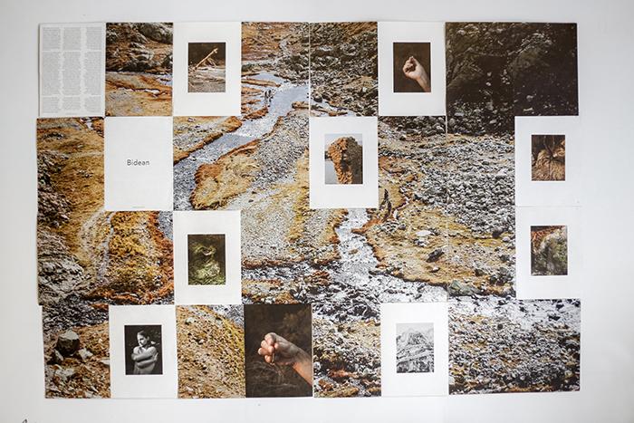 Fotolibro Bidean desplegado en pared. Fotografía: Sergio Enríquez Nistal.