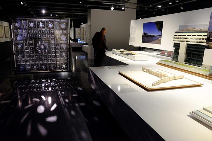 """Vista de la exposición """"De la ciudad al museo. Arquitecturas parisinas 1945-2015"""" en el Centre Pompidou Málaga."""