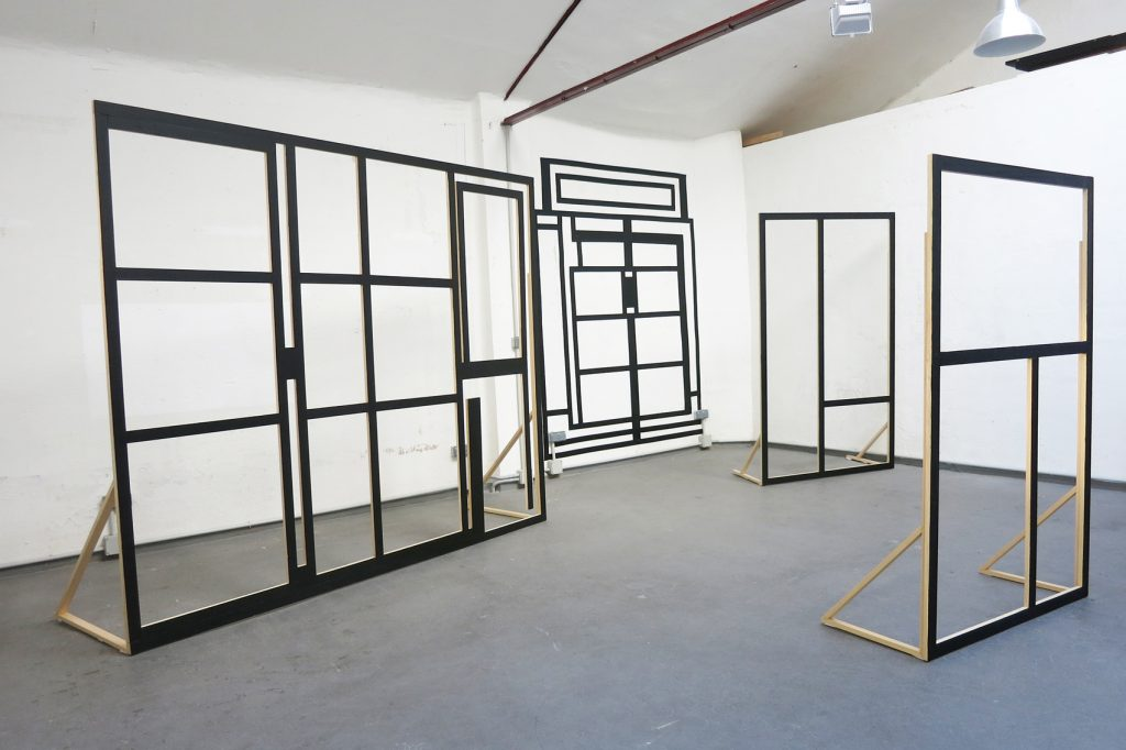 Ventanales de lugares de estudio, de TAMARA ARROYO (Madrid, 1972). Vive y trabaja en Madrid.