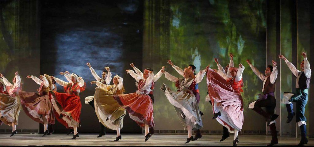 b0bc3a4c0d66 Arriba, fotografía de Stanislav Belyaevskyo. Sobre estas líneas, escena del  espectáculo Sorolla del Ballet Nacional de España.